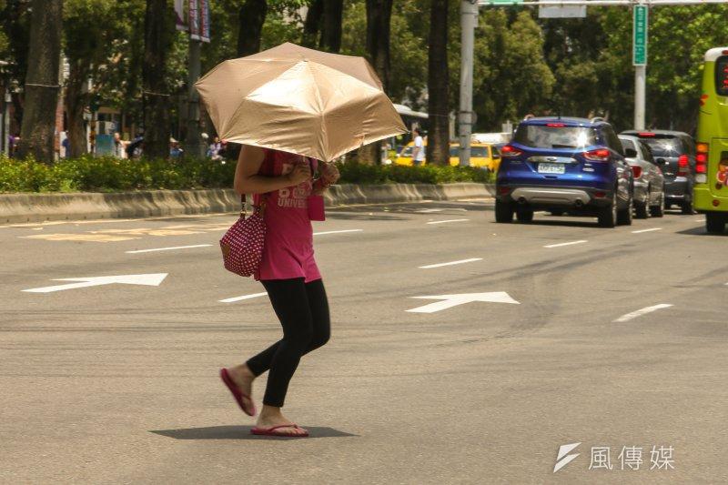 台北連日逾36℃高溫,不斷突破台北設站120年以來的紀錄,民眾在外需慎防中暑和曬傷。(資料照,陳明仁攝)