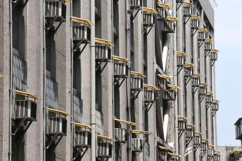 20170808-配圖-夏日,高溫,缺電限電,耗電,中央空調冷卻塔,冷氣機林立,酷熱快閃,高壓電塔。(陳明仁攝)