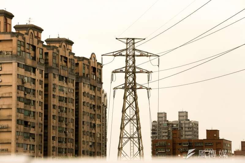 政府要投入九千億拚缺電。圖為高壓電塔。(陳明仁攝)
