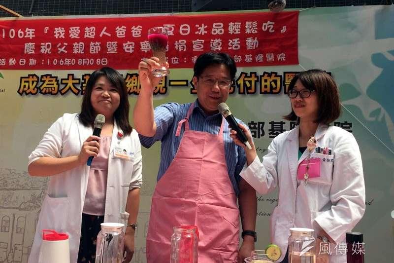 基隆醫院院長林慶豐(中)親自製作夏日低熱量的冰品,提醒爸爸夏日吃的健康。(圖/張毅攝)