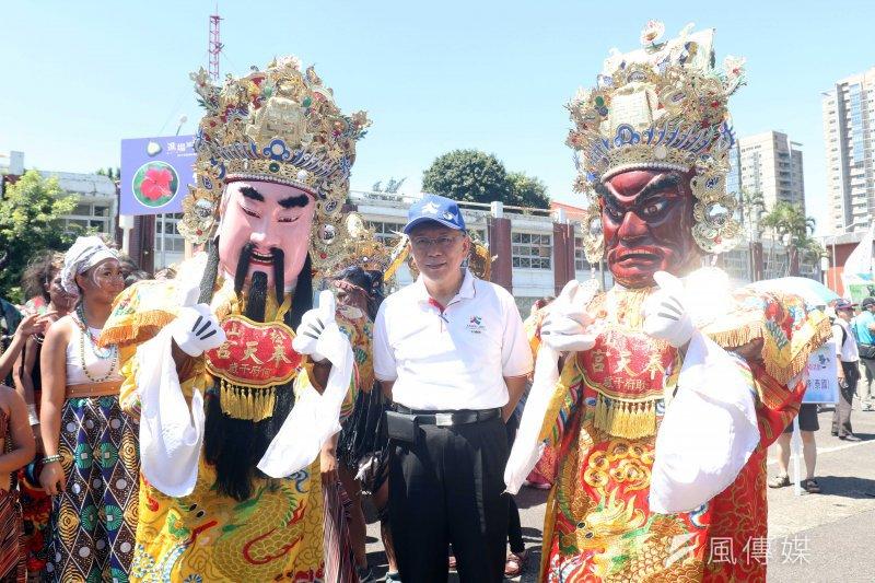 台北市長柯文哲出席「812妝遊嘉年華踩街 造型花車搶先曝光」記者會。圖為柯文哲與松山奉天宮神將合影。(蘇仲泓攝)