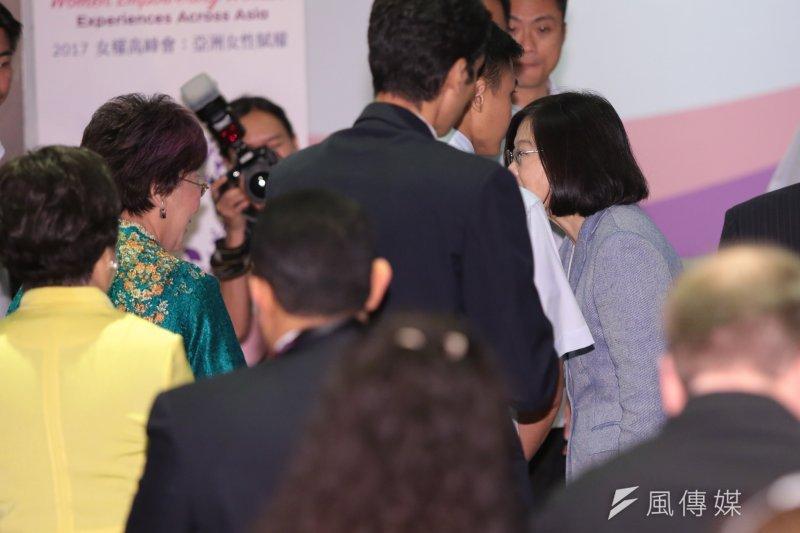 總統蔡英文11日出席「2017 CALD 亞洲自由民主聯盟-女權高峰會」,並於前副總統呂秀蓮握手。(顏麟宇攝)