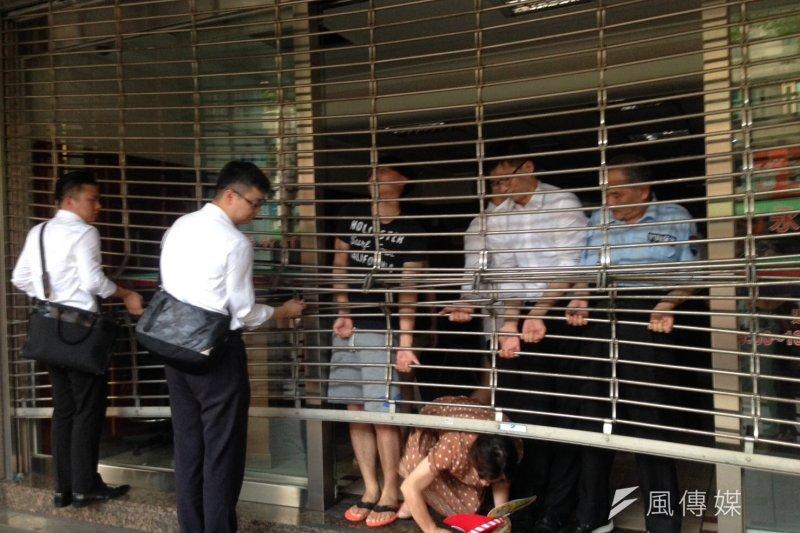 永春捷運站出口附近大樓,因為突然大停電,造成民眾出入困難。(風傳媒)