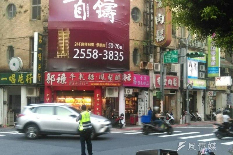 台北市保安街和延平北路交叉口,因為停電紅綠燈號誌不能運作,靠警察指揮。(風傳媒)