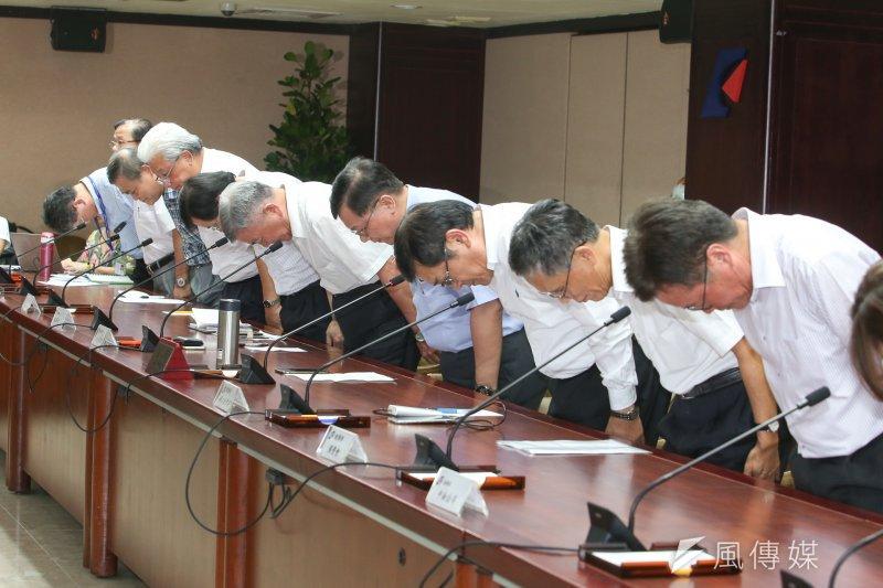 經濟部部長李世光(中)與台電、中油高層一字排開道歉,李世光在記者會就傳出請辭獲准。(資料照,陳明仁攝)