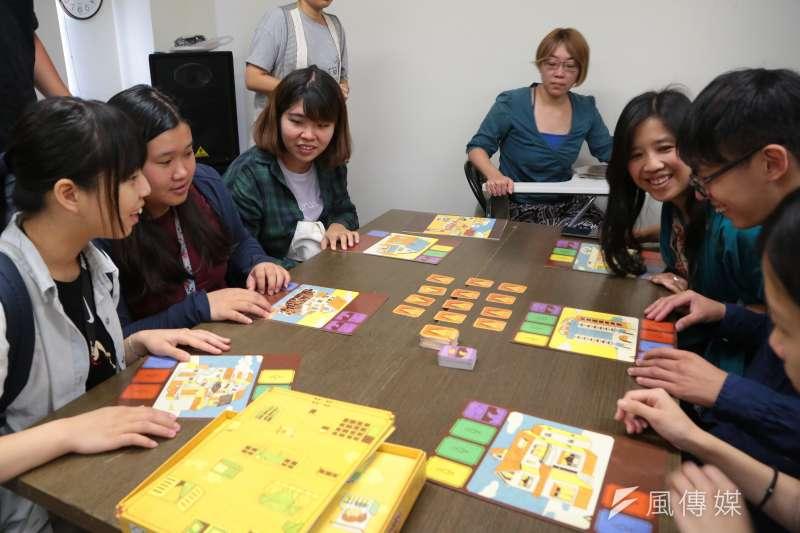 20170815-台灣性別平等教育協會15日召開「不簡單的生活」桌遊新品發表暨桌遊公益體驗活動記者會,並讓不同年齡層的大小朋友一同體驗。(顏麟宇攝)