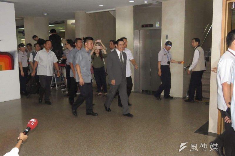 前總統馬英九今(16)日首次以大巨蛋案被告身分應訊,在下午5時許被檢方請回,對媒體簡單表示香自自己的清白。(松菸䕶樹提供)