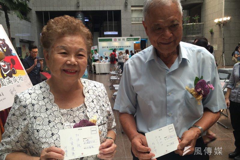 台北市長柯文哲的媽媽何瑞英(左)受訪時表示,覺得柯文哲辦世大運很認真。對於柯文哲罵國民黨智商像猴子,柯媽回「猴子也很聰明啊!」圖為柯媽何瑞英(左)與柯爸柯承發(右)。(王彥喬攝)