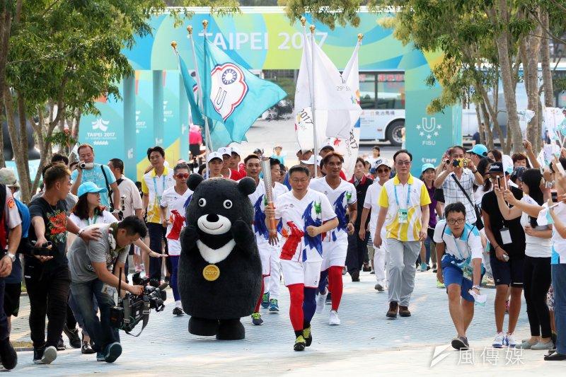 20170817-台北市長柯文哲下午出席2017世大運聖火傳遞,最後一站來到台北田徑場。(蘇仲泓攝)