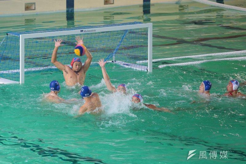 世大運中華男子水球隊18日首戰韓國隊,終場中華隊以4比17慘敗給南韓隊。圖為中華隊守門員王鈞穎奮力擋下韓國隊攻擊。(顏麟宇攝)
