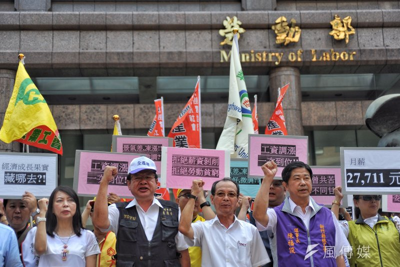 基本工資審議委員會,勞工團體會前於勞動部前召開記者會。(甘岱民攝)