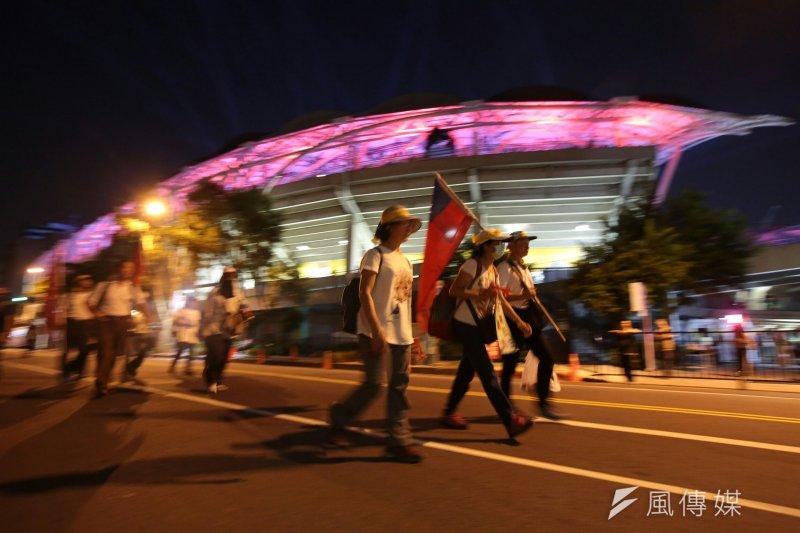 世大運開幕式外,場外反年改群眾繞行抗議,疑影響選手入場。(顏麟宇攝)