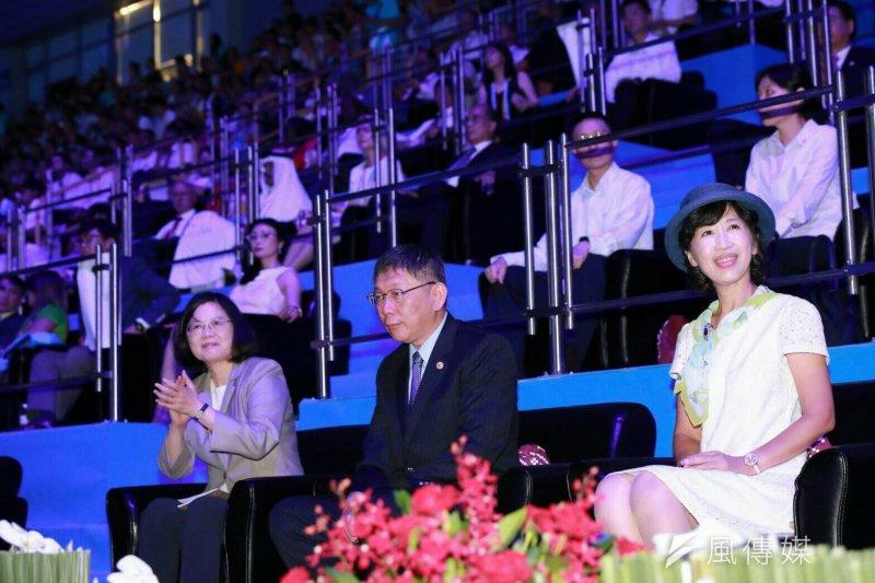 世大運開幕,由總統蔡英文(左)、台北市長柯文哲(中)主持。(王彥喬攝)