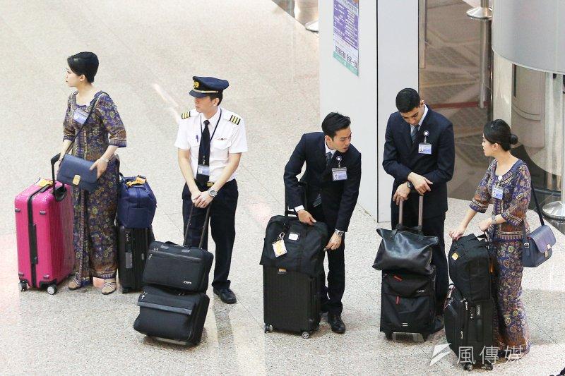 20170819-配圖-風數據,同工不同酬專題,機場系列,新加坡航空的空姊、空服員、機長。(陳明仁攝)