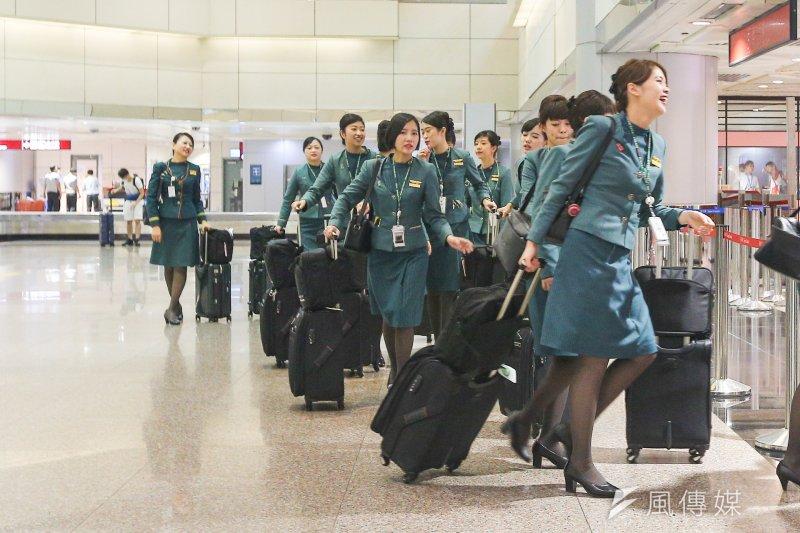 20170819-配圖-風數據,同工不同酬專題,機場系列,飛日航CODESHARE的華航空姊。(陳明仁攝)