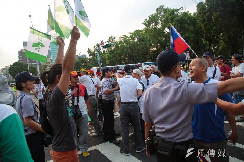 世大運19日晚間舉行開幕式,反年改團體與獨派發放旗子的人員於會場周邊起了爭執。(顏麟宇攝)