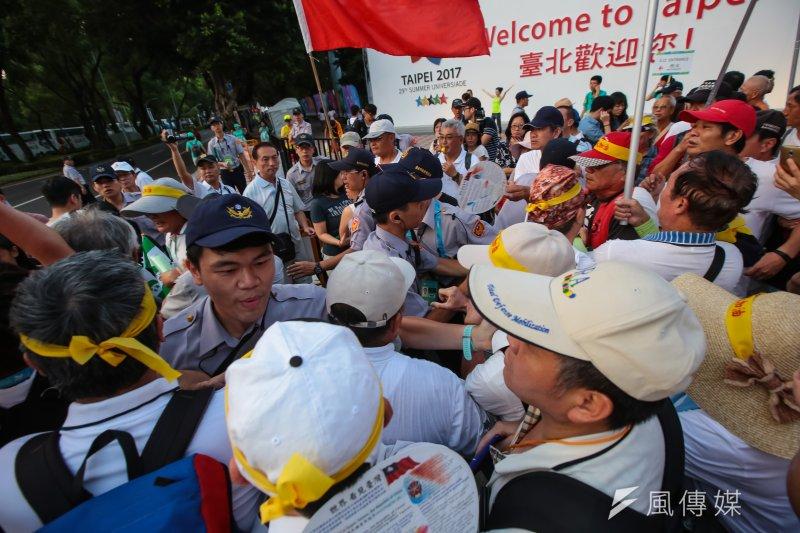 20170819-世大運19日晚間舉行開幕式,反年改團體與獨派發放旗子的人員於會場周邊起了爭執,警方以人牆區隔。(顏麟宇攝)