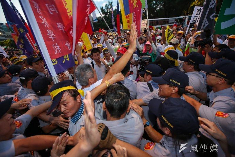 世大運19日晚間舉行開幕式,反年改團體於總統車隊抵達現場時與員警發生推擠拉扯。(顏麟宇攝)