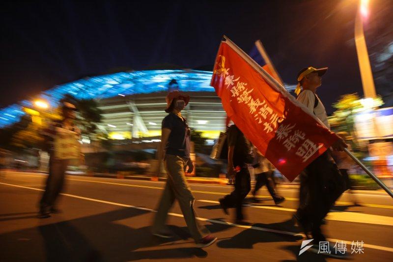 世大運19日晚間舉行開幕式,反年改團體於會場周邊繞行抗議。(顏麟宇攝)