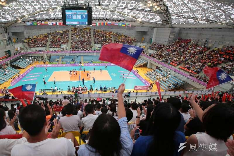 台北市政府與國家地理頻道合拍世大運紀錄片,卻傳國旗被馬賽克,圖為世大運中華女排21日對戰法國,以直落三取得首勝,民眾於觀眾席揮舞著國旗為中華隊加油。(顏麟宇攝)