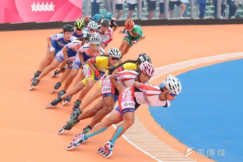 世大運中華女子滑輪隊22日於15000公尺淘汰賽中,包辦金銀兩面獎牌,選手楊合貞(編號040)奪金、李孟竹(編號039)奪銀。(顏麟宇攝)