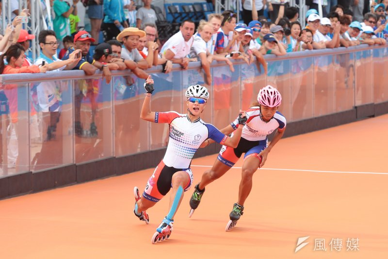 台灣滑輪溜冰好手楊合貞與李孟竹昨日在女子1萬公尺淘汰賽包辦冠亞,今日1萬5000公尺淘汰賽決賽上,再度「金包銀」。(顏麟宇攝)