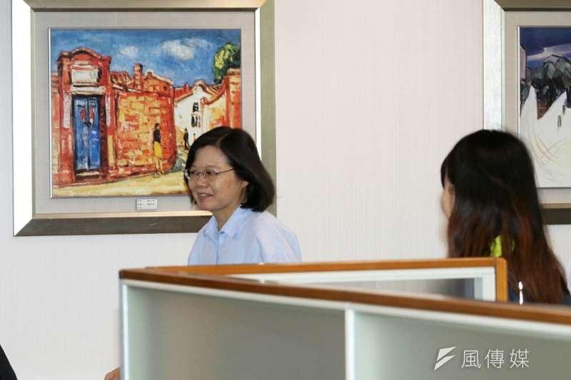 總統蔡英文出席民進黨中執會,進場前並未看向媒體,快速進入會議室中。(資料照/蘇仲泓攝)