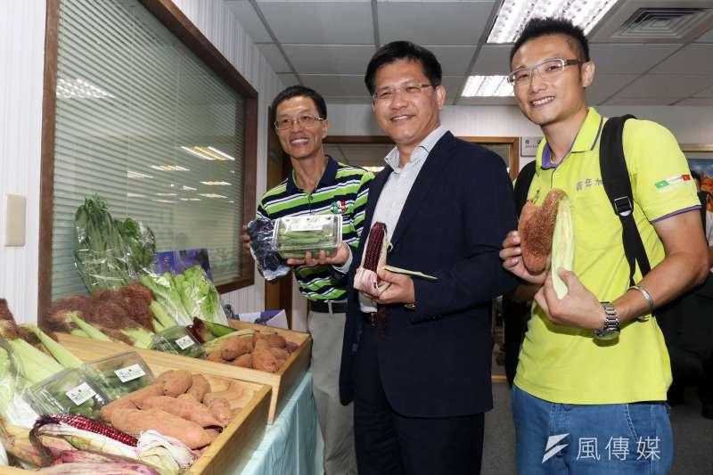 20170823-台中市長林佳龍下午出席民進黨中執會,進場前,先和媒體介紹來自台中的農產品。(蘇仲泓攝)