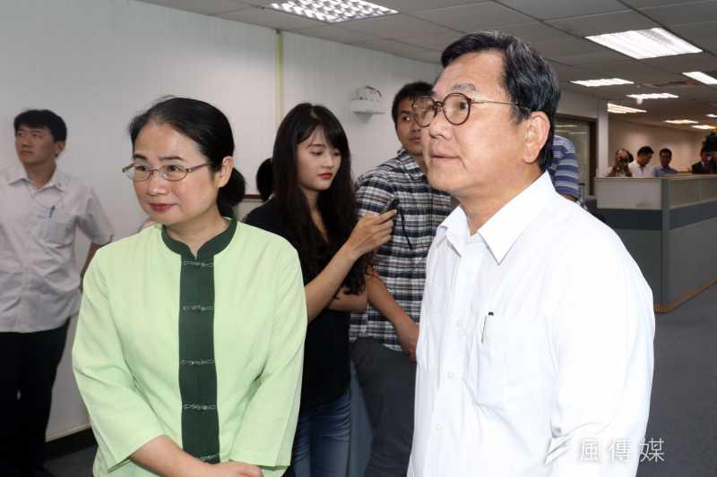 民進黨立委陳明文(右)下午出席民進黨中執會,進場前,先行接受訪問。(蘇仲泓攝)