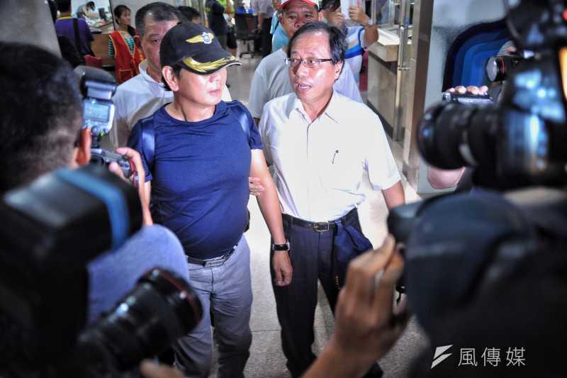 李來希(右)在今(23)日上午表示,反年改陳抗並不丟臉,丟臉的是台灣阮囊羞澀、出國不敢買東西,只能選廉價團。(甘岱民攝)
