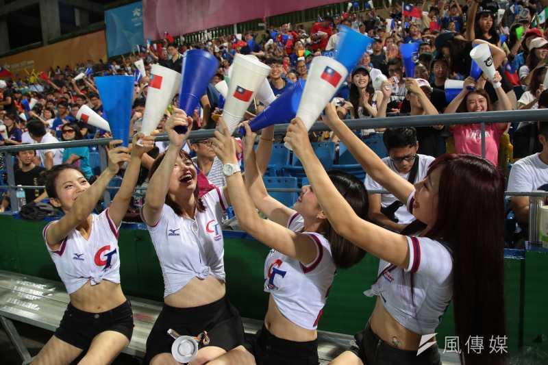 世大運棒球23日晚間於天母棒球場上演中韓大戰,現場啦啦隊及觀眾熱情的為中華隊加油。(顏麟宇攝)
