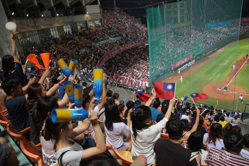 世大運棒球23日晚間於天母棒球場上演中韓大戰,爆滿的觀眾揮舞著國旗,奮力的為中華隊加油。(顏麟宇攝)