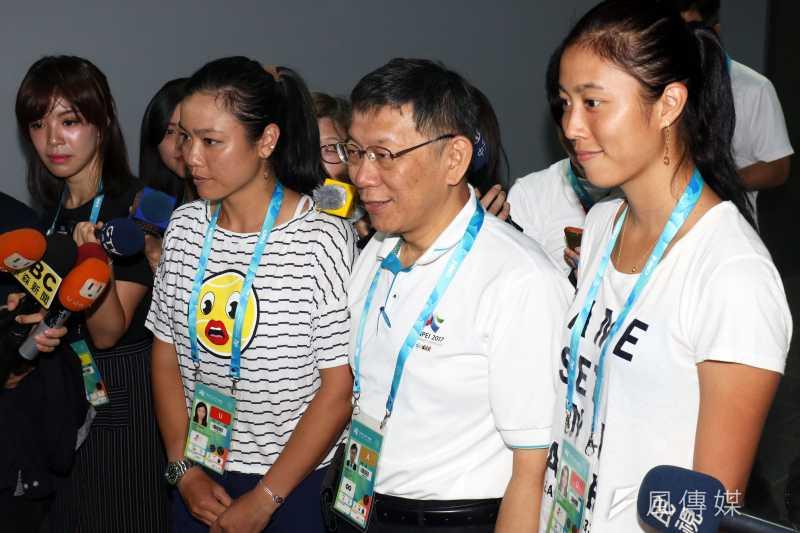 世大運網球女雙頭號種子詹詠然(左)、詹皓晴(右)姐妹23日重新合體。圖為柯文哲視察台北網球中心,並與詹家姊妹互動。(蘇仲泓攝)