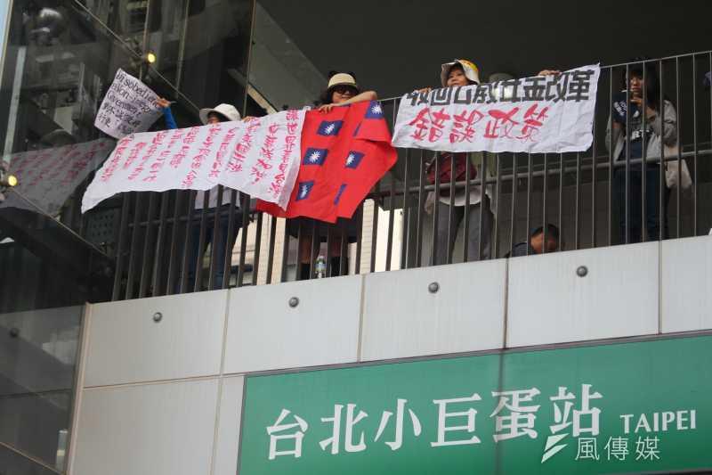 世大運開幕,民眾在台北小巨蛋站抗議。(顏麟宇攝)