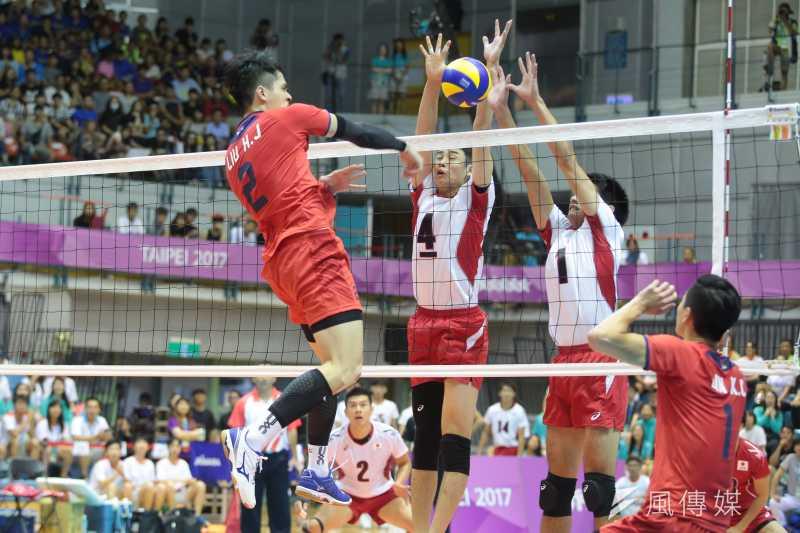 世大運中華男排(紅衫)24日出戰日本(白衫),不幸以1:3敗北。(顏麟宇攝)