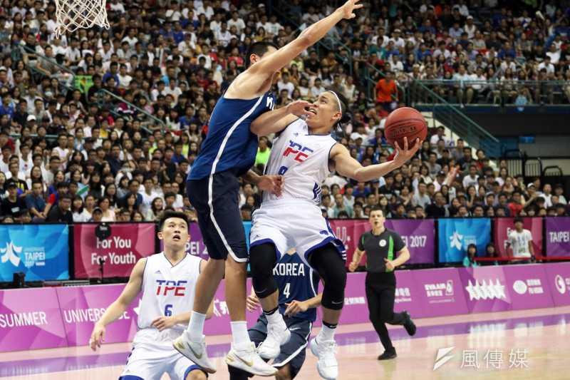 陳盈駿神勇帶頭切入,中華隊以4分之差擊敗南韓隊,全場球迷高聲歡呼。(蘇仲泓攝)