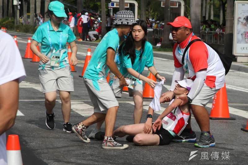 世大運田徑半程馬拉松27日開跑,許多選手在炎熱天氣中不支倒地(陳明仁攝)