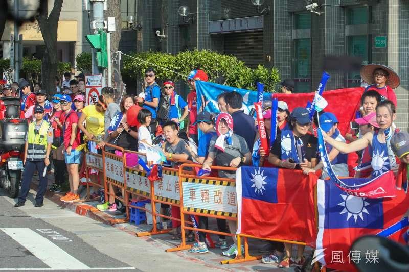 台北世大運-半程馬拉松競賽,沿途民眾加油即景。(陳明仁攝)