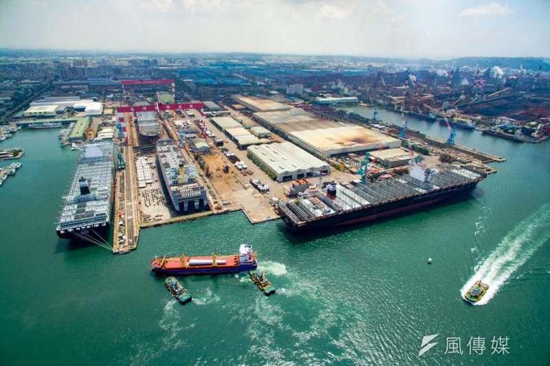 苗栗竹南離岸風機組裝工程,上緯公司船高雄組裝碼頭進行作業。(資料照,取自蔡朝陽臉書)