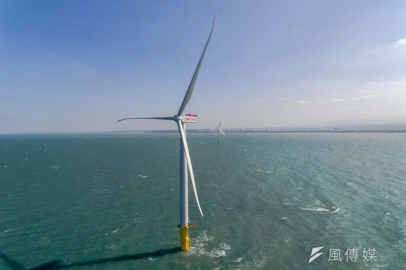 台灣離岸風電開發的民間示範廠商中,上緯投資的海洋風電,去年初藍綠陣營演出大和解,協助海洋風電取得第一張台灣首張海上施工執照,讓該公司即將順利取得電廠執照。圖為上緯於苗栗竹南的示範風機。(資料照,取自上緯官網)