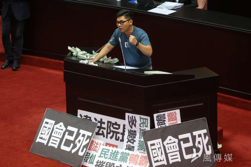 許毓仁直接在發言台上點名徐永明,「敢不敢簽名」支持他的提案。(顏麟宇攝)