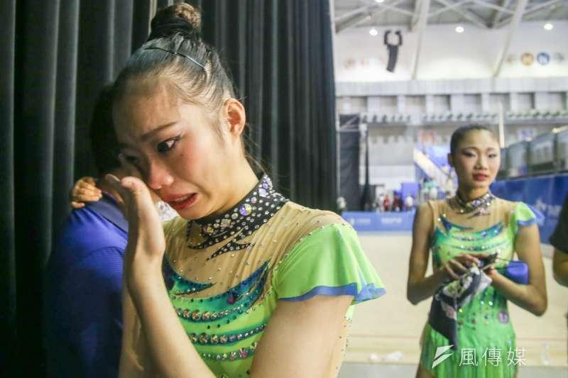 中華女子韻律體操團體單項「3球2繩」決賽奪銀,隊員掩面哭泣。(陳明仁攝)