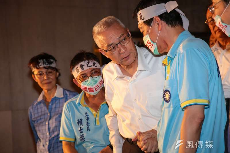 國民黨主席吳敦義29日晚間至立院群賢樓外探視為前瞻預算絕食藍委。(顏麟宇攝)