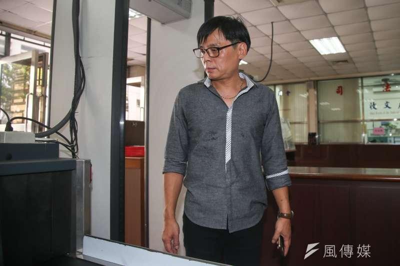 20170829-徐自強聲請刑事補償案訊問庭,他通過法院安檢門。(陳明仁攝)