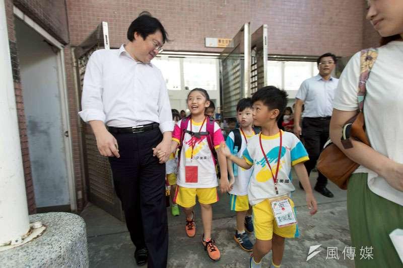 基隆市長林右昌拉著新生幼兒小手,一起走進學校。(圖/張毅攝)