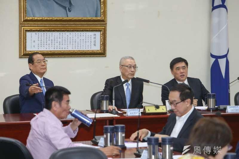 20170830-國民黨主席吳敦義上任後首次主持中常會,左為副主席兼秘書長曾永權,右是副主席郝龍斌。(陳  明仁攝)
