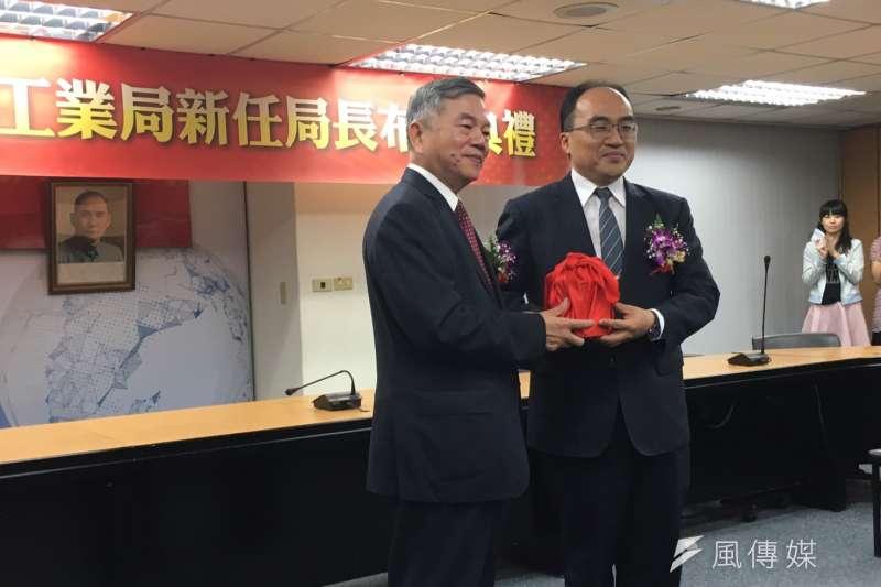 針對為違章工廠解套的指控,經濟部工業局長呂正華(右)表示,平價產業園區不會允許有排污工廠,若到2020年6月無法改善,就必須遷走。(尹俞歡攝)