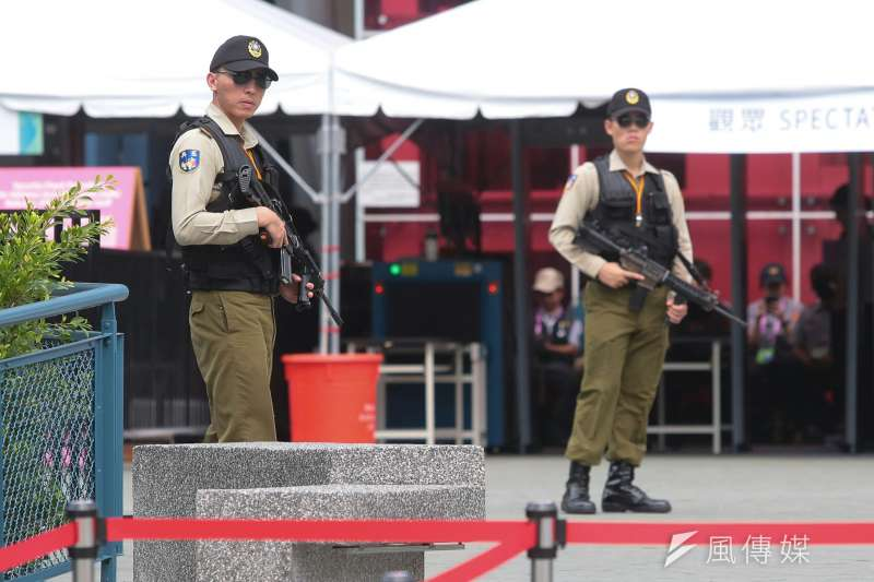 2017830-世大運閉幕,憲兵持槍維護治安。(顏麟宇攝)
