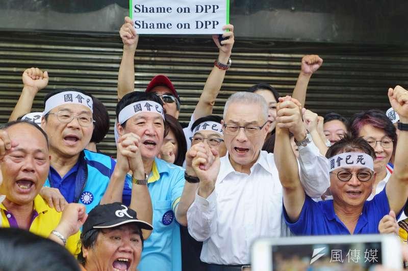 國民黨主席吳敦義30日前往立法院探視發動禁食抗議的曾銘宗、賴士葆、費鴻泰3位立委。(盧逸峰攝)