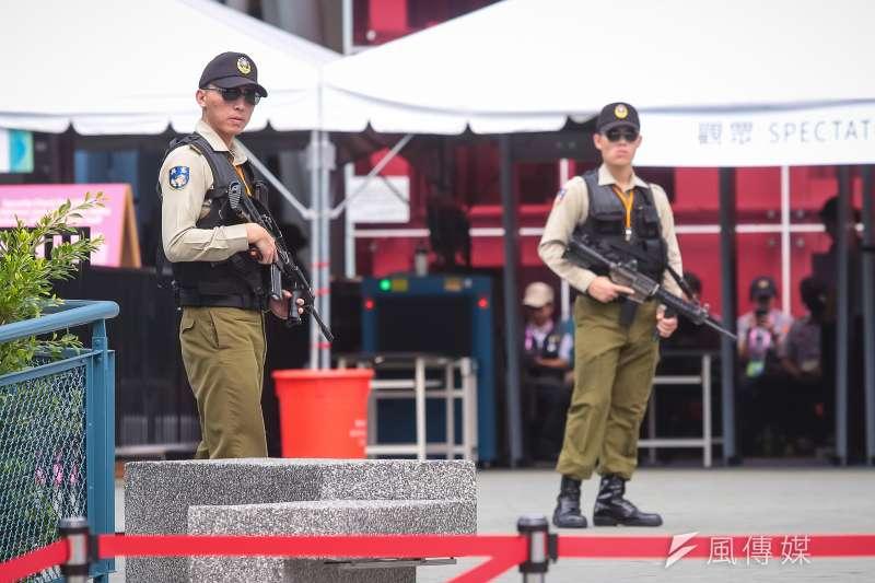 20170830-世大運30日舉行閉幕典禮,憲兵持槍於觀眾入場安檢口維護安全。(顏麟宇攝)